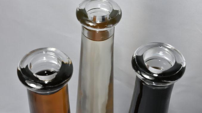 Alles Essig!? Verschiedene Essig-Spezialitäten in Glasflaschen.