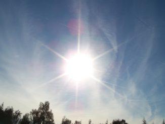 Die Sonne strahlt an einem beinahe wolkenlosen Himmel - das ist Sommer !