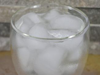 Ein Glas Wasser mit Eiswürfeln - einfach erfrischend !