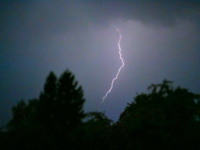 Blitz während eines nächtlichen Gewitters.
