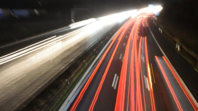 Was Autofahrer wissen müssen: Intelligent Fahren und dabei kräftig sparen.