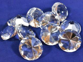 Zu schön um wahr zu sein - diese Diamanten bestehen leider nur aus geschliffenem Glas. Aber sie funkeln trotzdem.