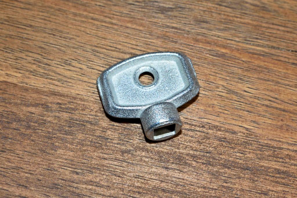 Heizkörper-Entlüftungsschlüssel | Kleines Teil mit großer Wirkung: Der Heizkörper-Entlüftungsschlüssel ist für diese Arbeit unverzichtbar.