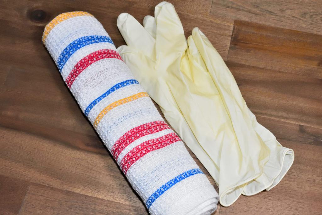 Wischtuch und Handschuhe | Einige alte Lappen und ein paar Einweghandschuhe machen das Entlüften von Heizkörpern zu einer sauberen Angelegenheit.