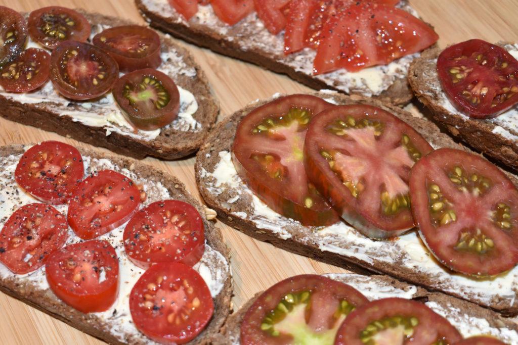 Tomatenbrote | Einfach zum Reinbeißen... leckere Butterbrote, belegt mit aromatischen Tomaten aus dem eigenen Garten. So simpel kann gut sein!