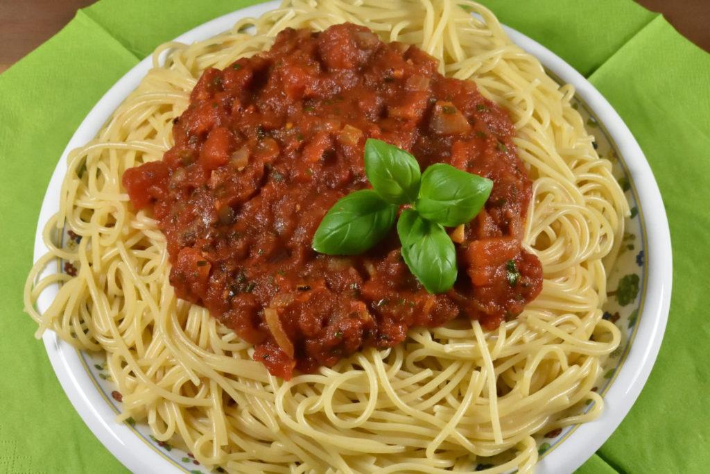 Spaghetti mit Tomatensauce | Ein kulinarischer Klassiker der italienischen Küche, der auch bei uns gerne auf dem Teller landet: Spaghetti mit Tomatensauce - mmh!