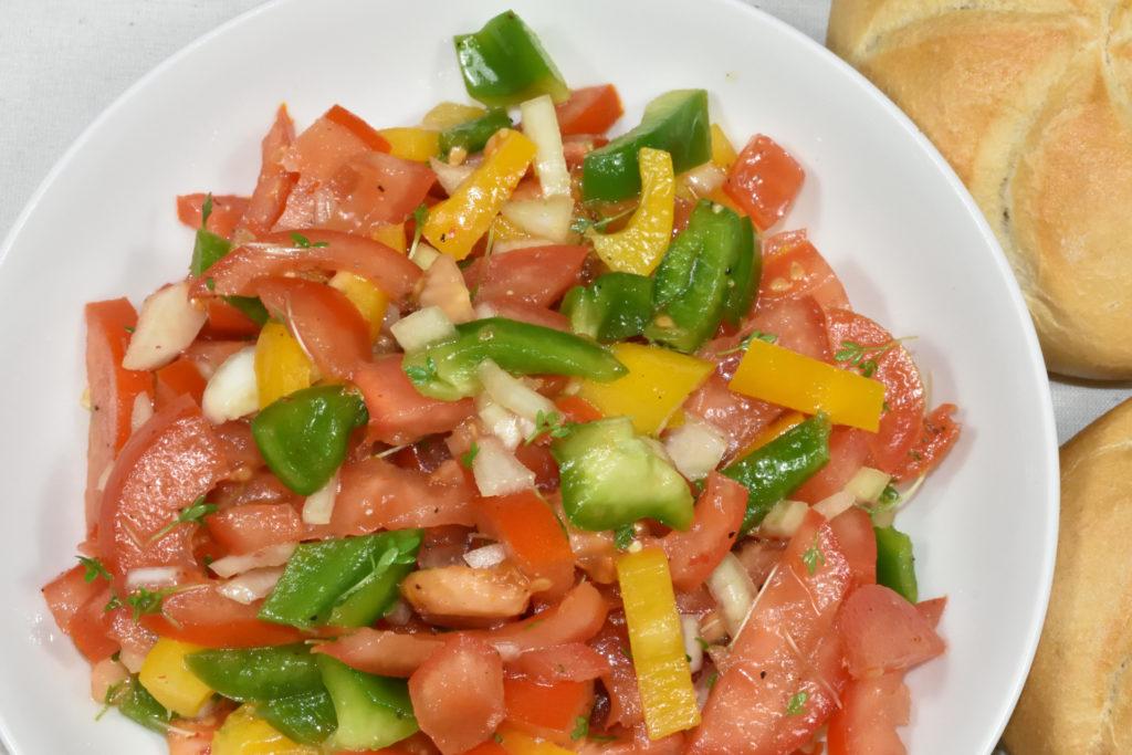 Tomatensalat | Da kann keiner widerstehen: Frische Salate mit sonnengereiften Tomaten und knackigen Paprika. Gesund und ruckzuck zubereitet.