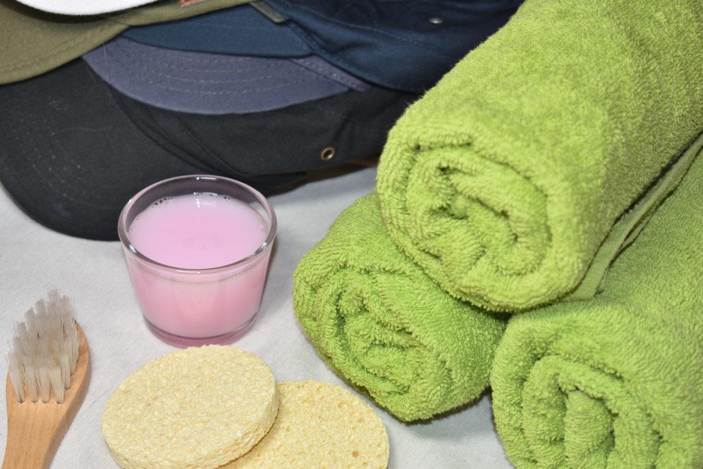 Utensilien zur Reinigung von Schirmmützen | Eine saubere Sache: Feinwaschmittel (am besten flüssig), Handtücher, Schwämme und eine kleine Bürste (Zahnbürste tut's auch).