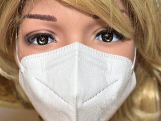 Damit eine FFP2-Maske auch wirklich effizient vor dem Coronavirus schützen kann, sind einige wichtige Regeln zu beachten. Diese Dame hat sie perfekt umgesetzt.