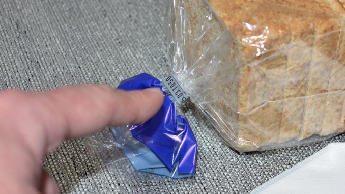 Wir haben es auf den Verschlussclip der Toastbrot-Packung abgesehen. Den Inhalt gibt's später zur Belohnung.